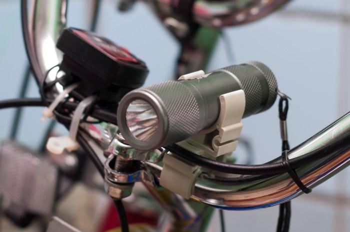 Велосипедный фонарь: практично и удобно.