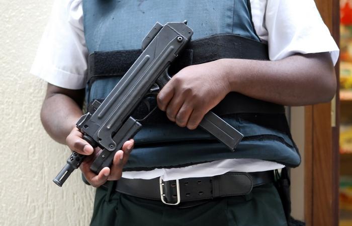 Просто роскошь: вооружённая охрана.