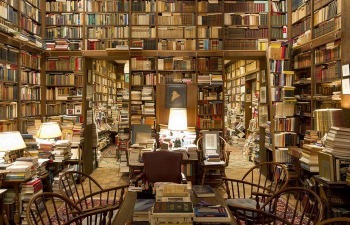 Роскошная домашняя библиотека.