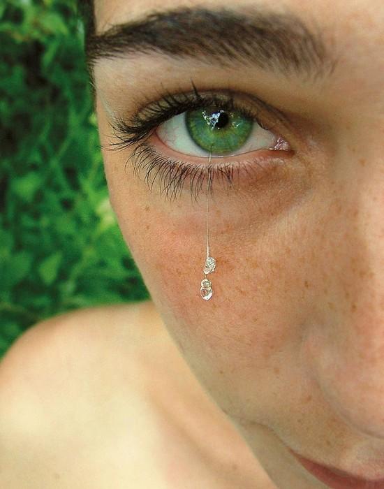 Странный аксессуар: украшение для глаз в виде слезы.
