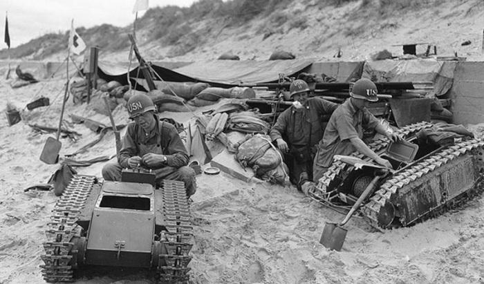 Американские солдаты с трофейными минами.