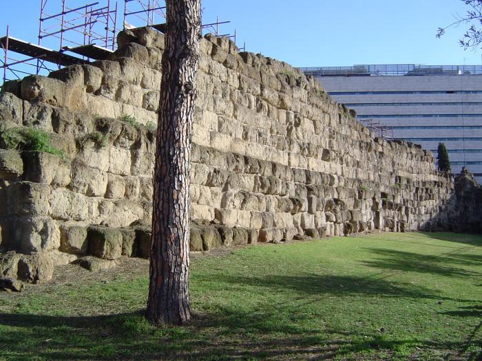 Фрагмент римской городской стены. |Фото: wowavostok.livejournal.com.