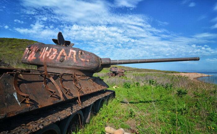 На острове ржавеют десятки танков. |Фото: livejournal.com.