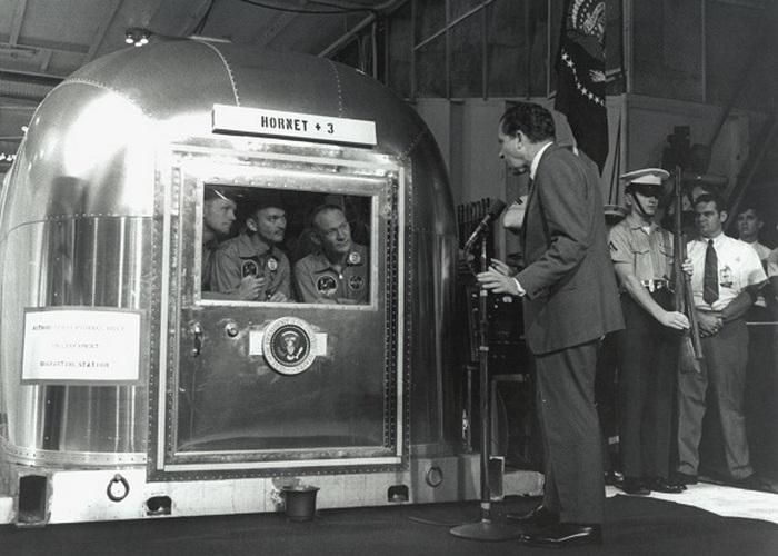 Космонавты были помещены в карантин после возвращения с Луны.