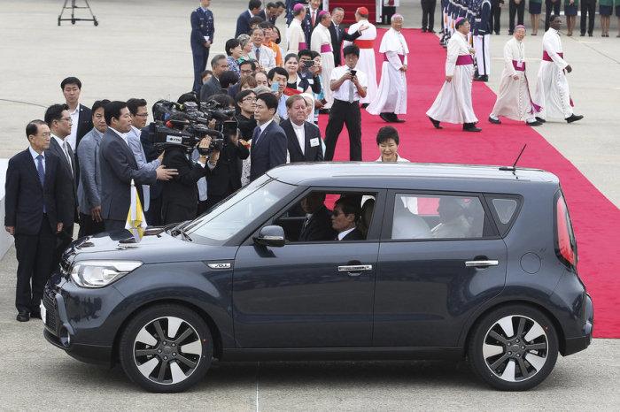 Папа Фрапнциск ездил в том числе на автомобилях Kia. |Фото: watson.ch.