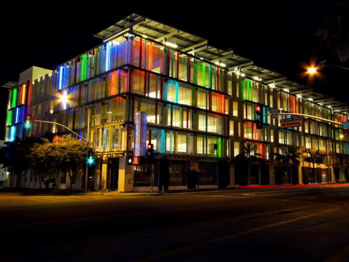 Красивы выглядит этот Civic Center.