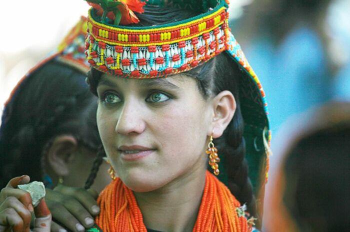 Малый народ Калаши - яркий представитель индоевропейцев в Азии, входят в иранскую группу. Живут в Средней Азии, в том числе в Пакистане.  Фото: Pinterest.