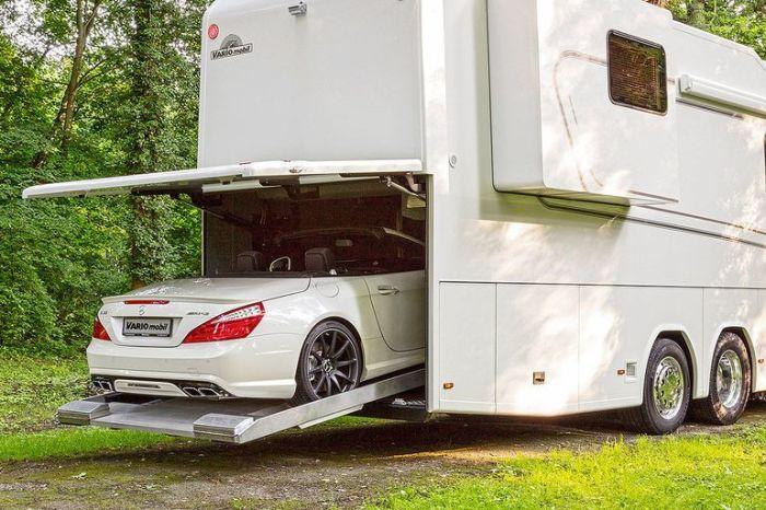 Главная особенность дома в гараже. | Фото: autocentre.ua.