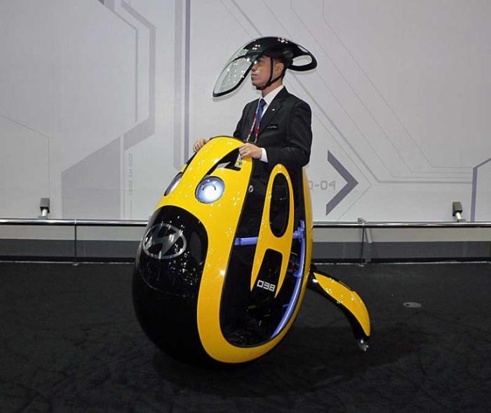 На самом деле это не смешная шапочка, а шлем от дождя.