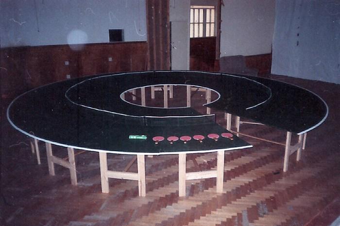 Стол-бублик для пинг-понга.