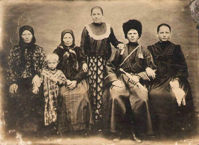 На старинных снимках люди всегда в очень напряженных позах и редко улыбаются. | Фото: kubangenealogy.ucoz.ru.