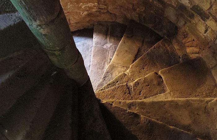 Почему в средневековых замках винтовые лестницы делали по часовой стрелке, а не против