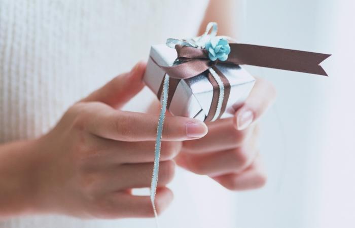 Каким подарком можно порадовать близкого человека?