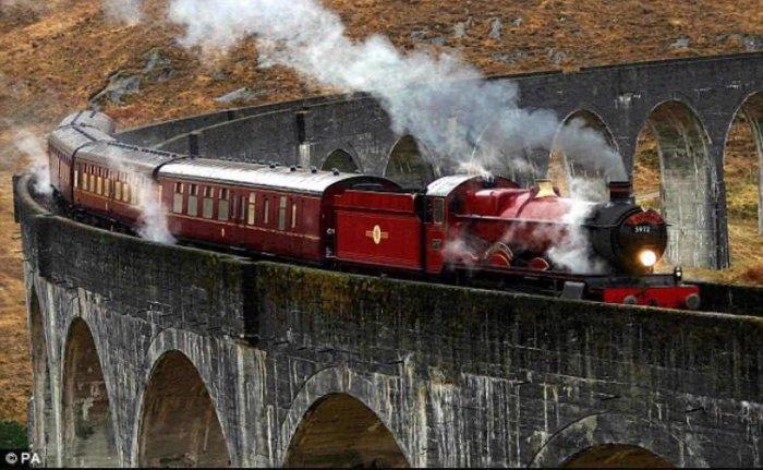 Поезд на Гленфиннанском виадуке.