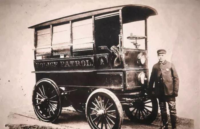 Первая полицейская машина была такой.