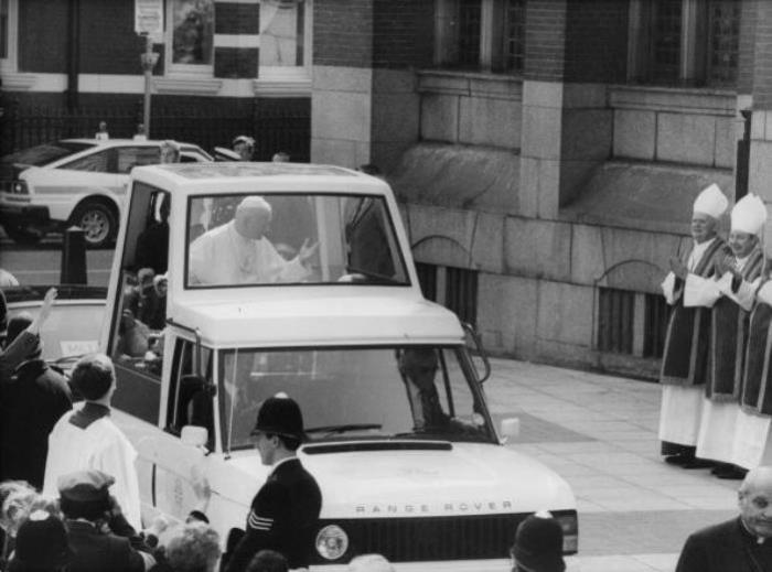 Первый публичный бронированный автомобиль Папы.