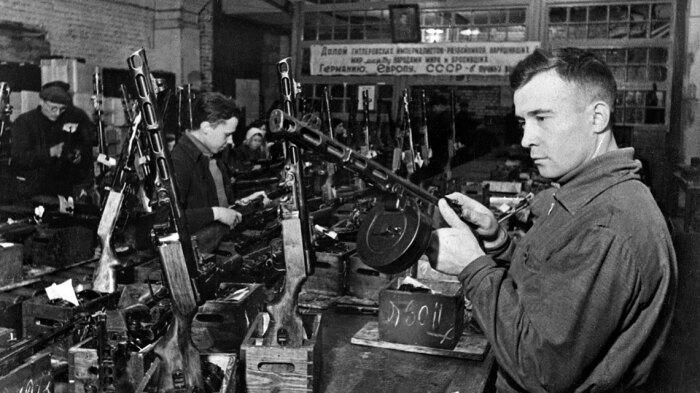 После начала войны оказалось, что даже простой ППШ делать достаточно сложно. |Фото: kommersant.ru.