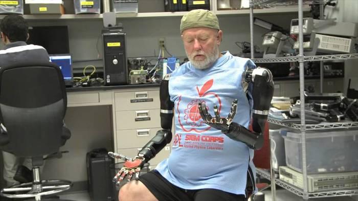 Отточенные движения рук-протезов.