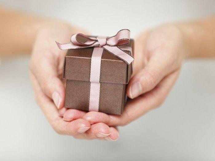 Маленький подарок будет приятен и врагу.