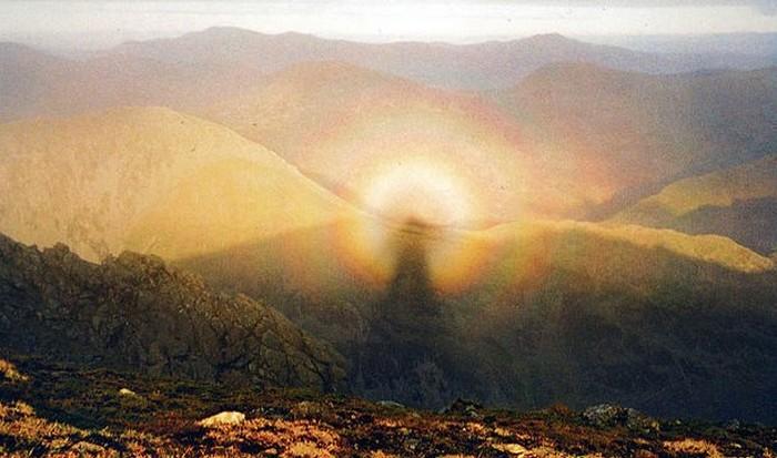 Оптическое явление: Брокенский призрак.