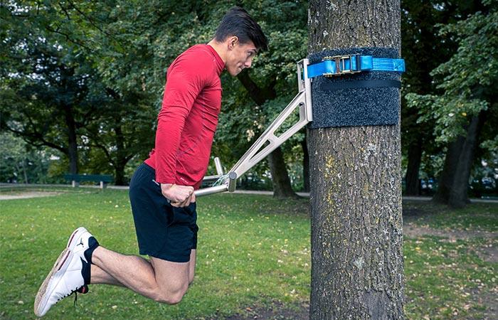 На тренажере можно подтягиваться, отжиматься, качать мышцы ног.