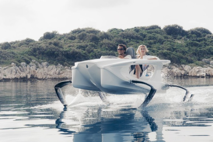 Футуристический водный мотоцикл на подводных крыльях.