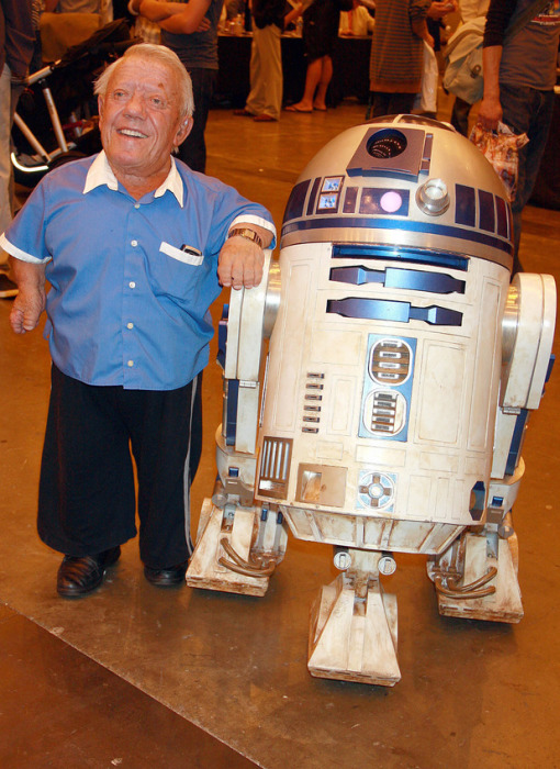 R2-D2 и Кенни Бейкер.