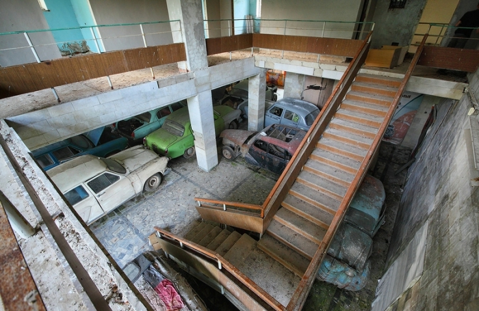 Ретро-автомобили в старом здании.