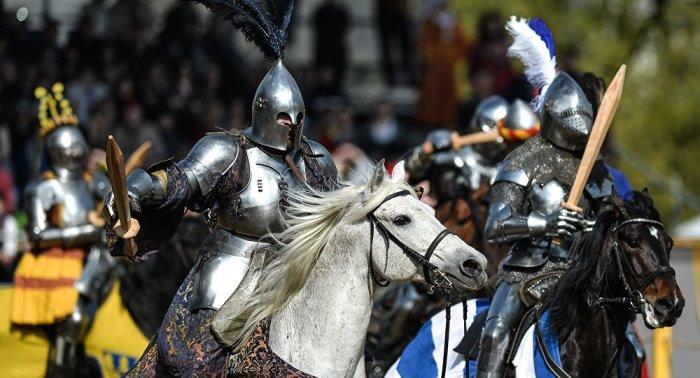 Кстати, такими деревянными мечами действительно дрались на поздних турнирах. |Фото: topwar.ru.