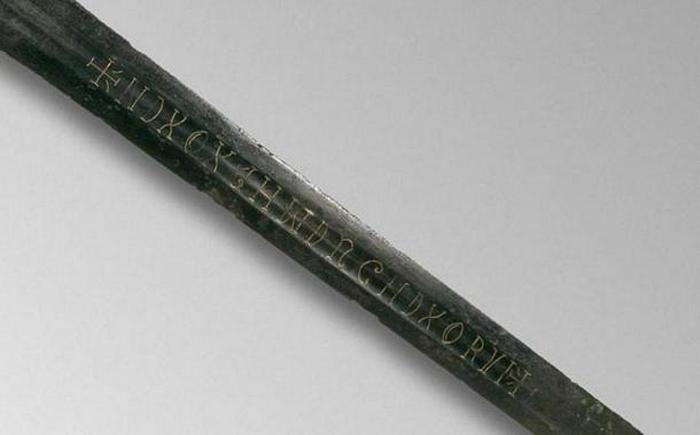 Средневековый меч с загадочной надписью.