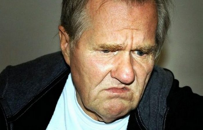 Нелепый запрет на хмурое выражение лица.