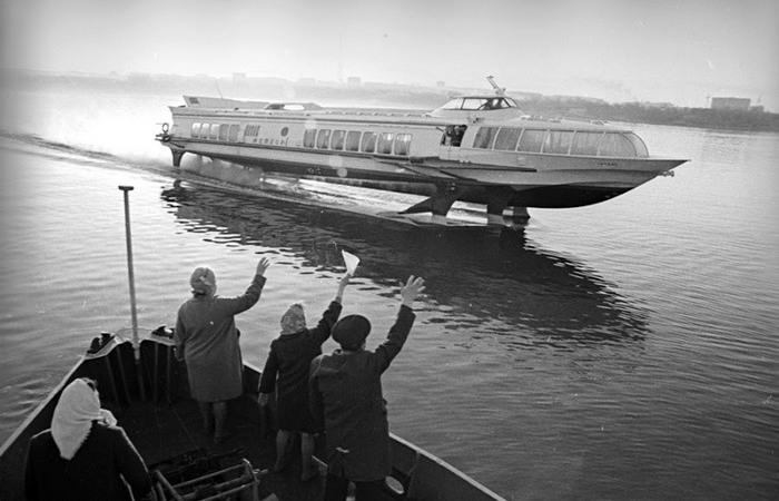 Пассажирское судно на подводных крыльях Метеор.