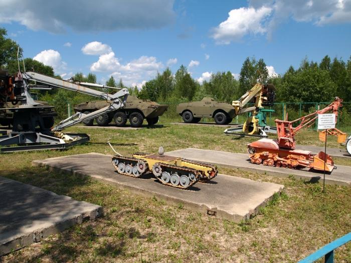 Экспонаты выставки под открытым небом в Чернобыле.