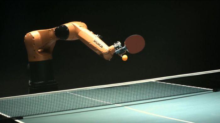 Робот, играющий в пинг-понг.