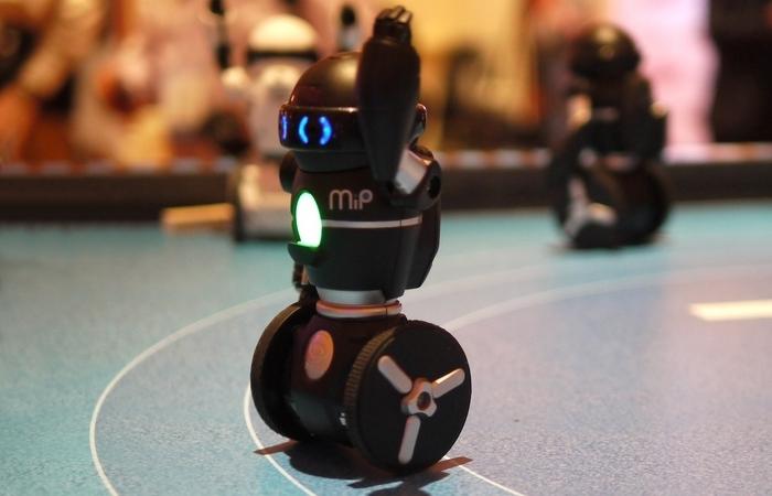 Доступный робот WowWee MiP.
