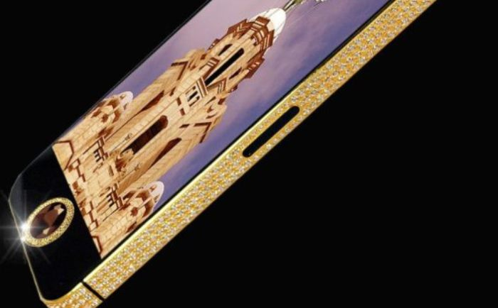 Золото и бриллианты делают его тяжелее.