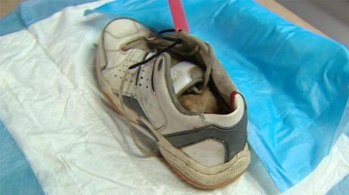 Обувь с ногой внутри.