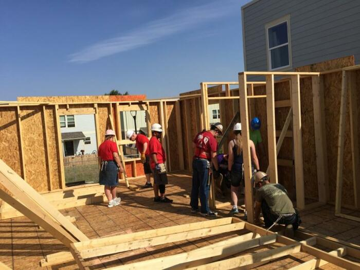 Почему в американских пригородах строят дома из картона и фанеры
