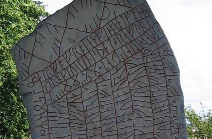 Рунический памятник: камень из Рёка.