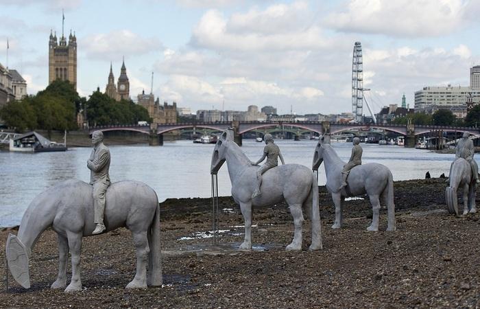 Конные скульптуры, которые становятся видны только во время отлива.