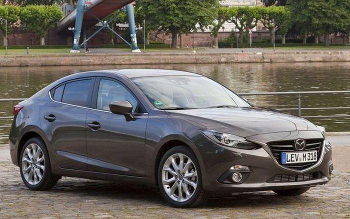 Безопасный автомобиль Mazda 3.