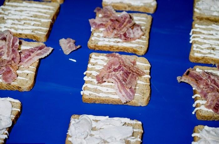 Аппетитные сэндвичи с беконом.
