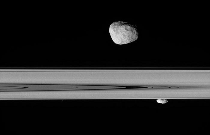 Спутники сдерживают рассеивание колец в космосе.