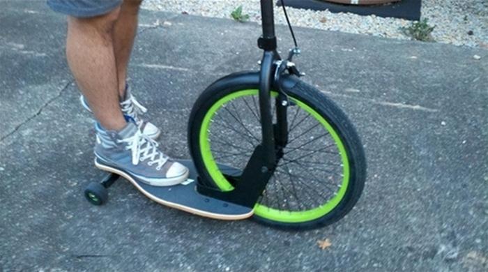 Три в одном: скутер, велосипед и скейтборд.