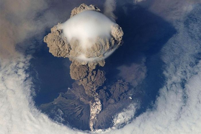 Вулканические извержения, вид из космоса.