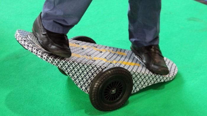 Электрический гибрид скейтборда и сегвея.