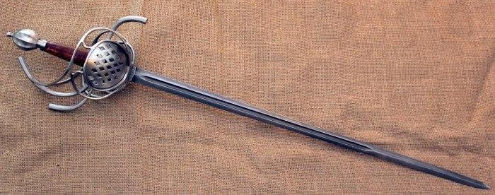 Шпага - это военное оружие, более тяжелое, лезвие которого точилось по всей длине. |Фото: gregforge.com.ua.