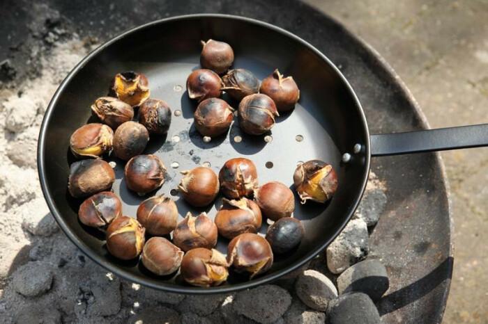 Это сковородки для жарки каштанов. |Фото: alibaba.com.