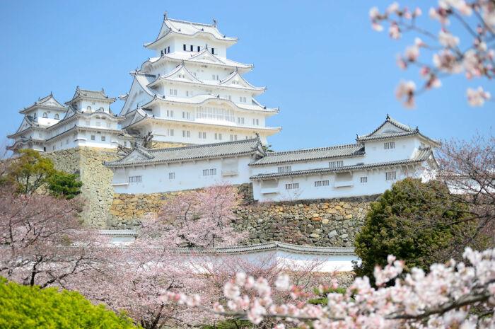 Крепостная стена - это изгородь белого цвета. |Фото: japan-trends.com.