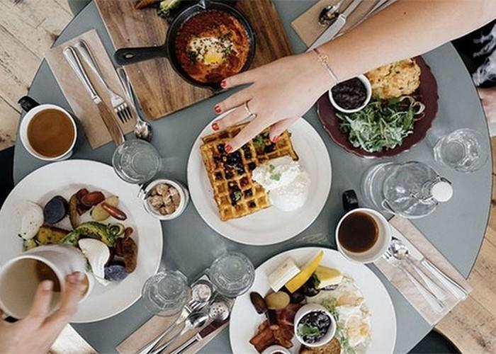 Социальная норма: оставлять еду в тарелке.